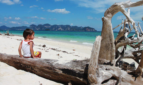 Остров Пода с белым песком и бирюзовой водой в Таиланде