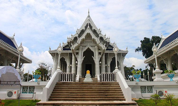 Буддийский монастырь в Краби-тауне.