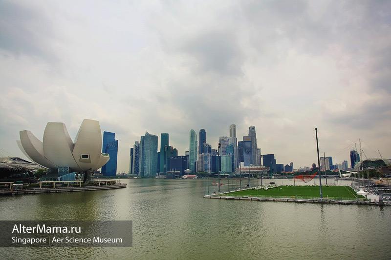 Футбольное поле на воде в Сингапуре и Музей искусства и науки напротив него