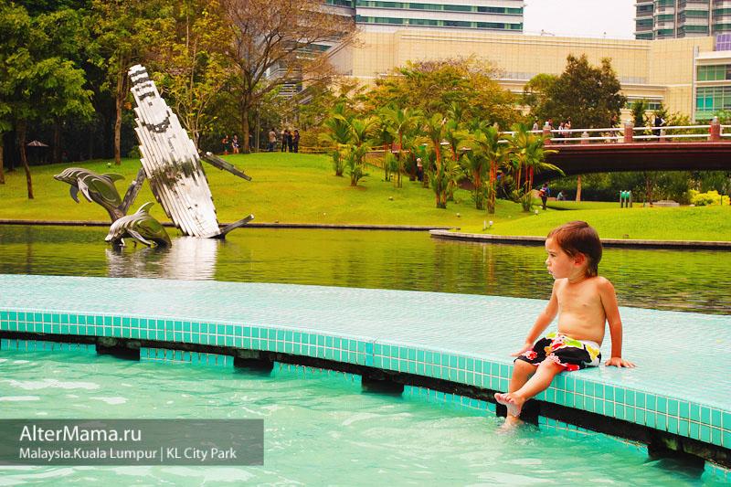 KLCC центральный парк Куала Лумпур с бассейнами