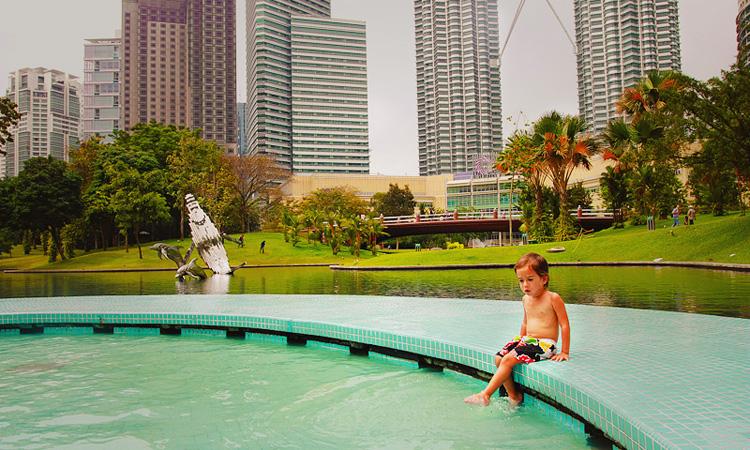 Парк где башни Петронас в Куала Лумпуре. Парки Куала Лумпур для детей.