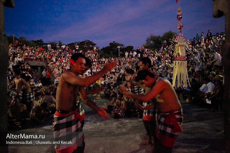Храм Улувату танец Кечак на Бали
