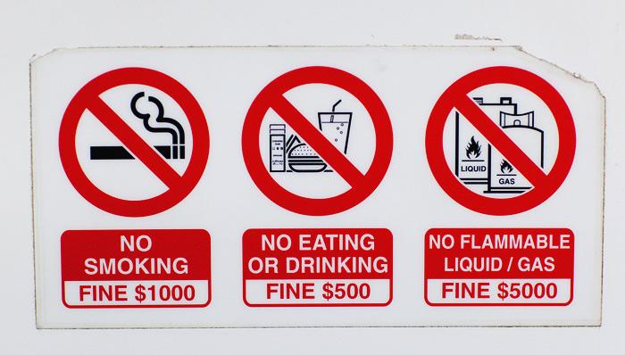 Запрещающие знаки в Сингапуре фото