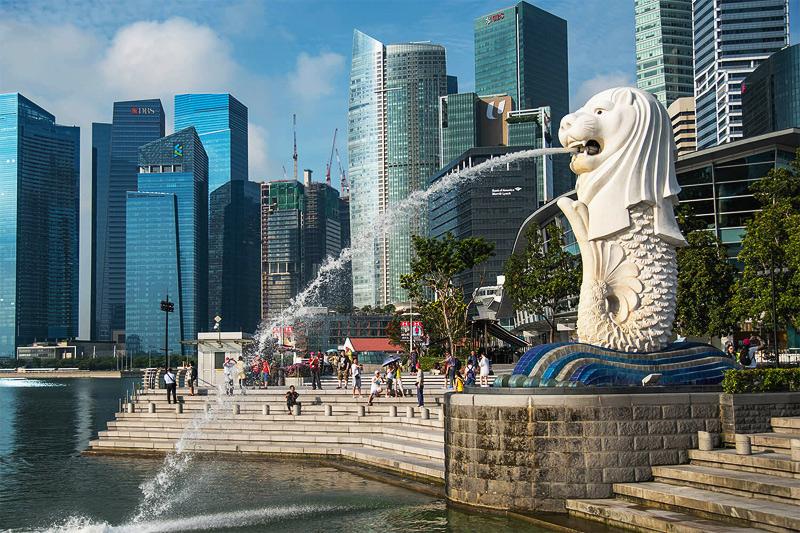 Символ Сингапура Мерлион фонтан напротив отеля Марина Бей Сэндз