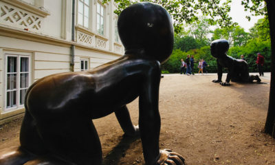 Гигантские черные младенцы в Праге